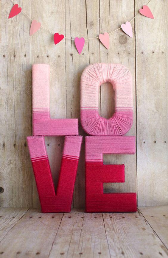 Scritta LOVE realizzata con filo di lana fai da te - fonte Pinterest