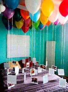 Foto appese a tanti palloncini per rendere unica la vostra stanza di San Valentino - fonte Pinterest