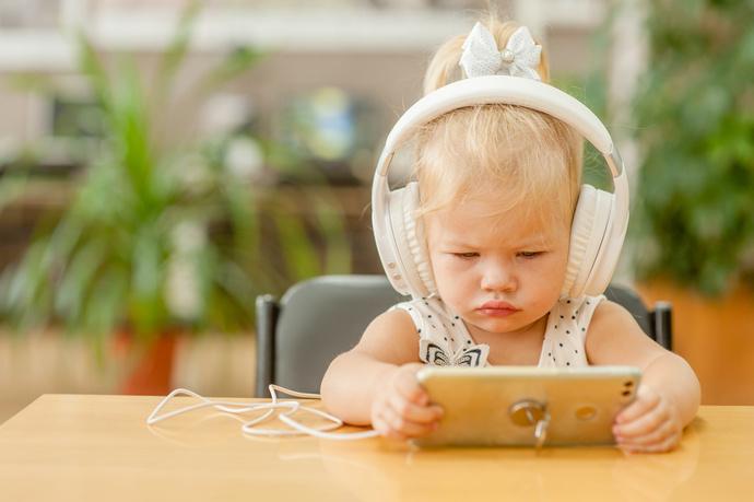 bimba piccola che guarda un cartone sul cellulare